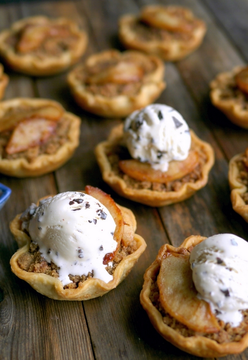 Pie skills are NOT necessary for these adorable MINI APPLE CRUMBLE PIES. They are sized perfectly to enjoy after a big meal. #noblepig #pie #minidesserts #holidaydessert #appledesserts #applepie