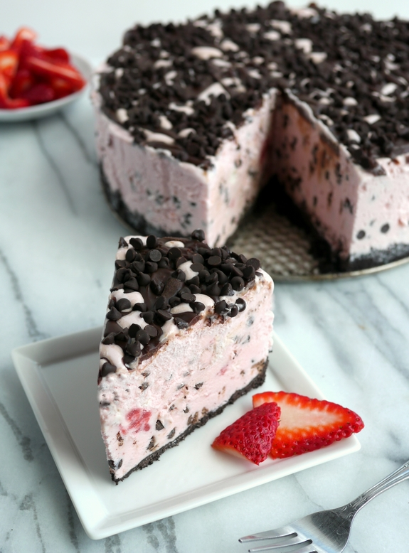 Video + Recipe: The Best Strawberry Chocolate Chip Ice Cream Cake Recipe from NoblePig.com. An easy frozen dessert perfect for any celebration. This recipe also has a video tutorial. #noblepig #frozen #frozenparty #strawberry #icecreamcake #icecream